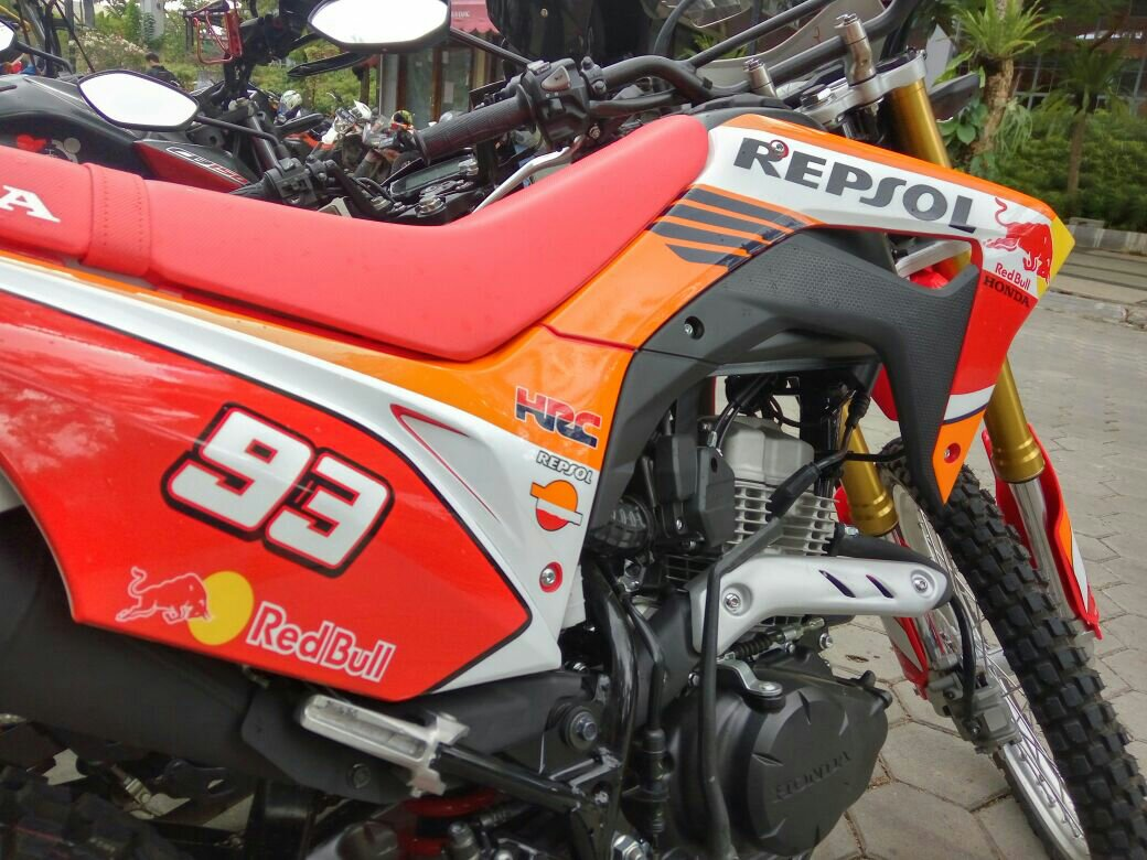 Perubahan paling kentara ada pada bagian body nya saja yang dibalut decal repsol motogp sementara bagian lain sepeda motor masih dalam kondisi standar